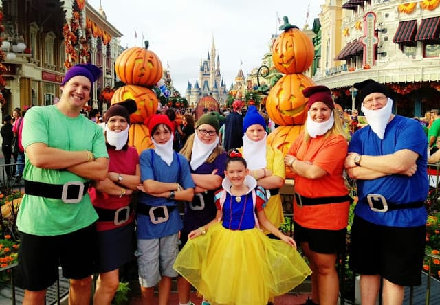 An entire family dresses as Snow White and the Seven Dwarfs at Walt Disney World