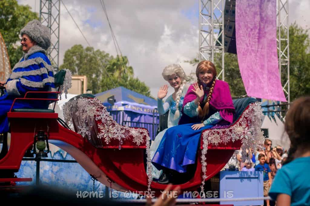 Anna and Elsa in carriage at Royal Welcome Procession